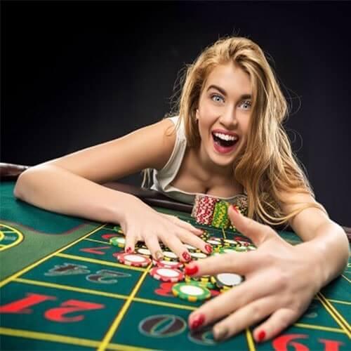 mujer apostando en juegos de mesa